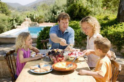 familia-comer-dieta-nutricion-hijos_MUJIMA20111031_0049_29